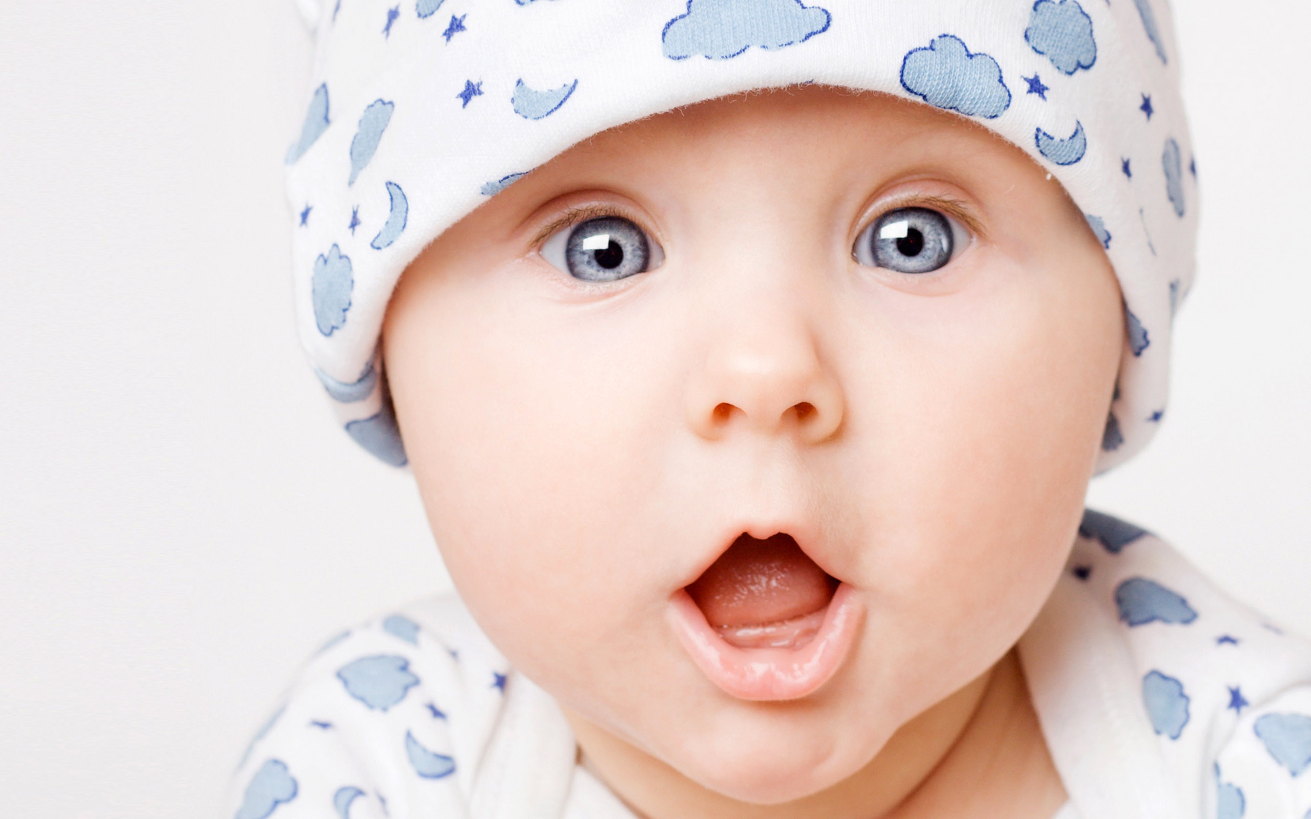 Cute baby surprise 2560x1600